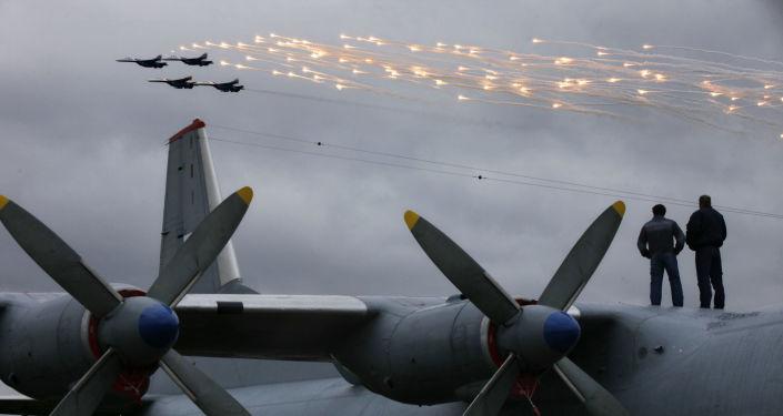 سرب الفرسان الروس على متن سو-27 في المطار الجوي بمدينة بوشكين.
