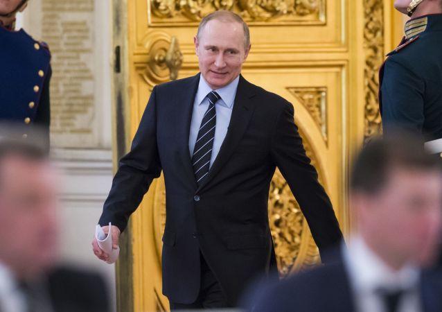 الرئيس الروسي فلاديمير بوتين يصل إلى الاجتماع للحديث حول التحضيرات للعرض العسكري لذكرى عيد النصر في الحرب الوطنية العظمى (1940-1945) والذي سيُقام في 9 مايو/ آيار، 5 ابريل/ نيسان 2016.