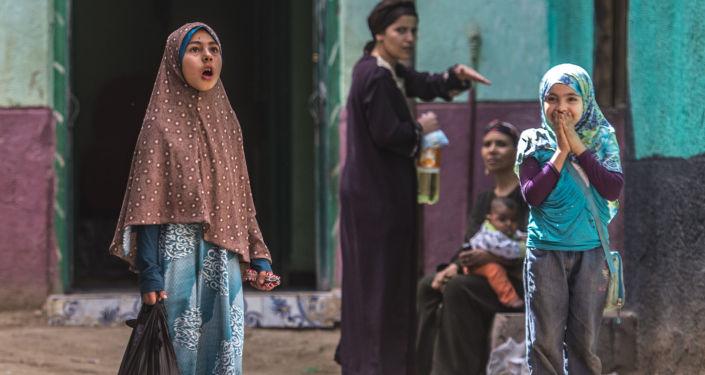 فتاة مصرية تقف في زقاق في قرية الزيندايا، في محافظة بني مزار بالمنيا جنوب القاهرة، 5 أبريل/ نيسان 2016.