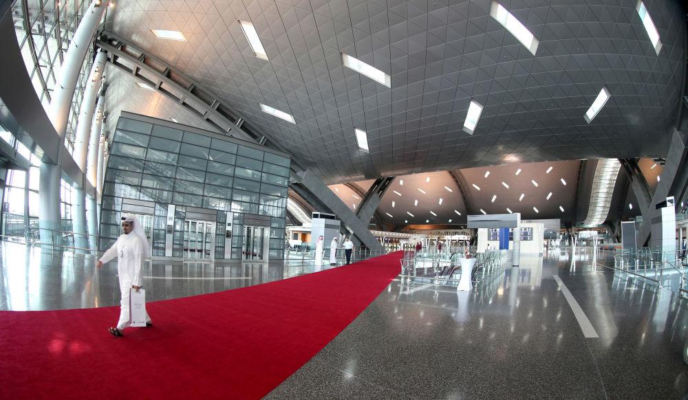 سجادة حمراء في إحدى قاعات مطار حمد الدولي بالدوحة، قطر.