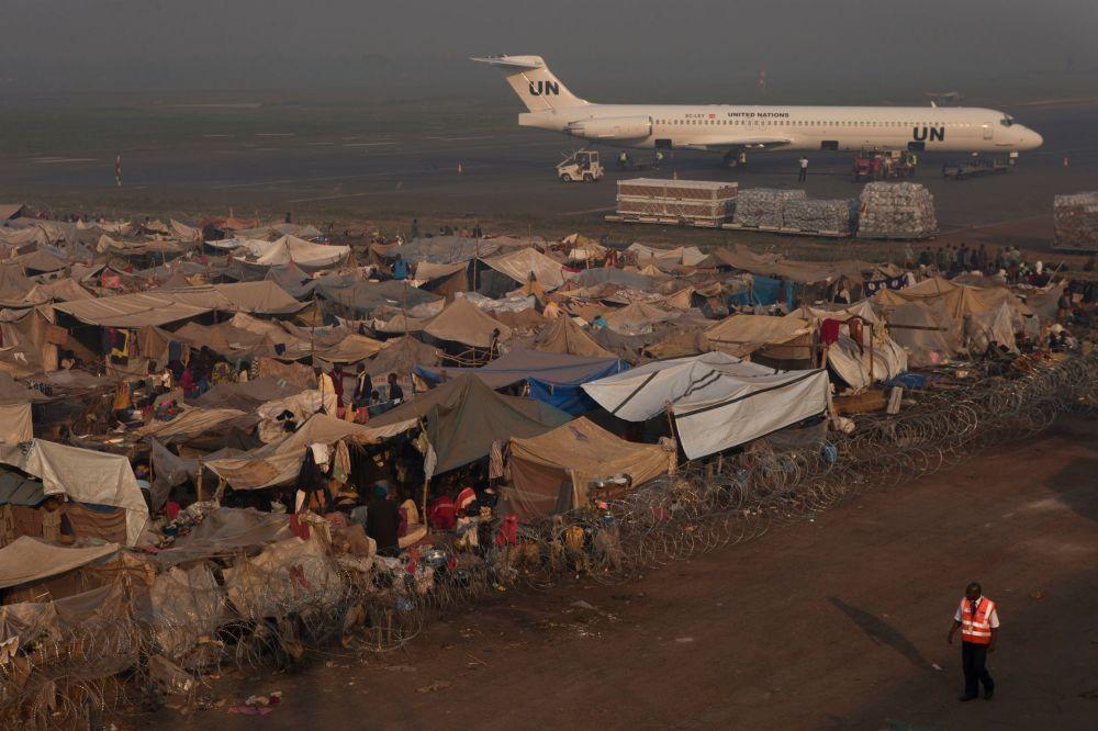 طائرة الأمم المتحدة في مطار مبوكو في بانغوي، جمهورية أفريقيا الوسطى.