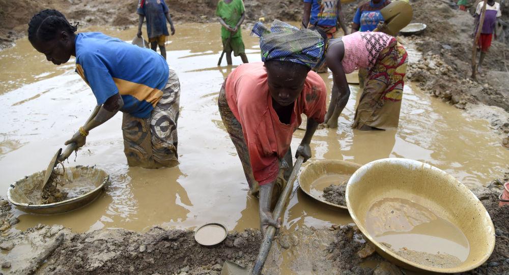 عمال أثناء بحثهم عن الذهب في غاغا بجمهورية أفريقيا الوسطى.