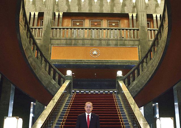 صورة للرئيس التركي رجب طيب أردوغان  داخل المقر الجديد، قصر أك ساراي الجديد بأنقرة