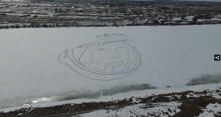 لوحة رائد الفضاء الروسي يوري غاغارين على جليد البحيرة