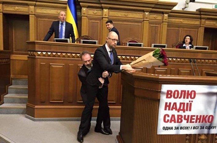 بالفيديو... إهانة رئيس الوزراء الأوكراني فى جلسة في البرلمان