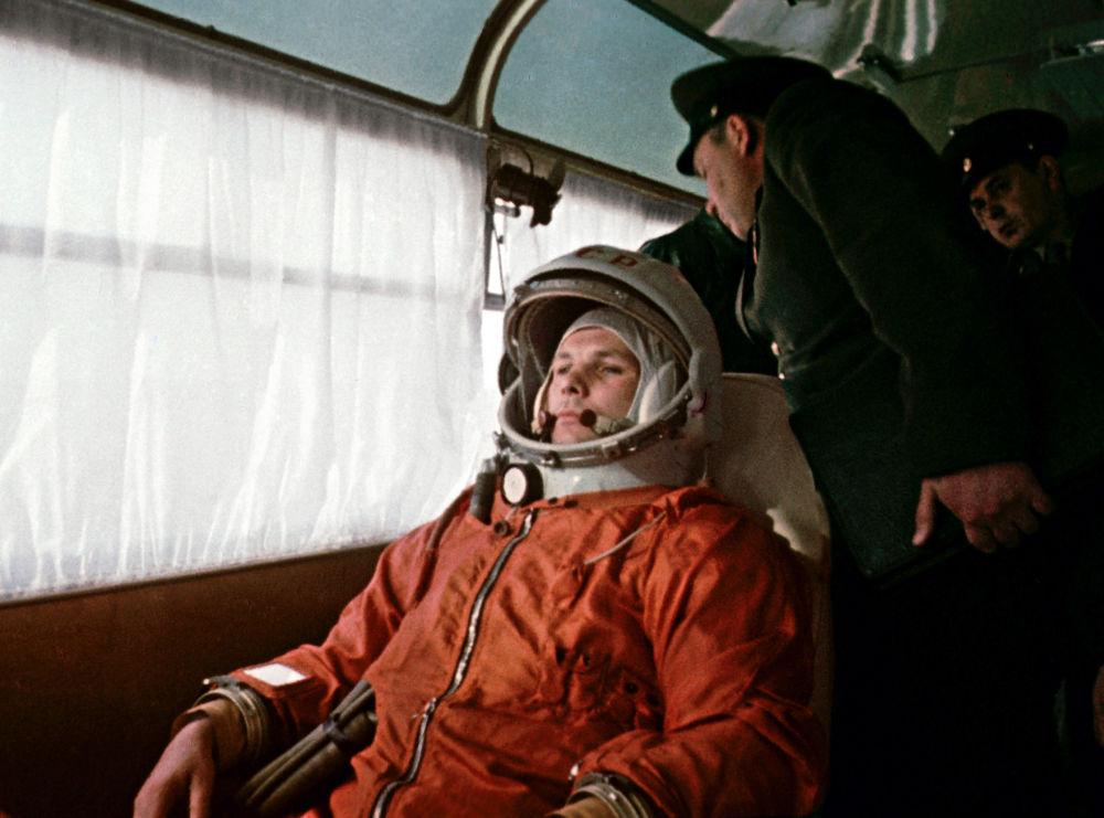 رائد الفضاء يوري غاغارين في طريقه إلى محطة بايكونور