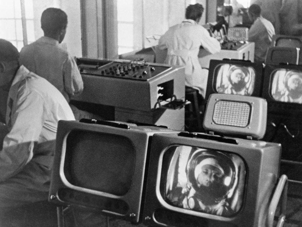 العلماء يراقبون حالة رائد فضاء الروسي يوري غاغارين قبيل إنطلاق مركبته إلى الفضاء، 12 أبريل/ نيسان 1961