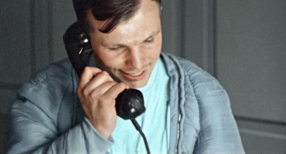 رائد فضاء الروسي يوري غاغارين خلال اجرائه لمكالمة هاتفية، وهو يخبر الحزب الشيوعي ومسؤول الحكومة السوفيتيىة عن نجاح إنجاز مهمته