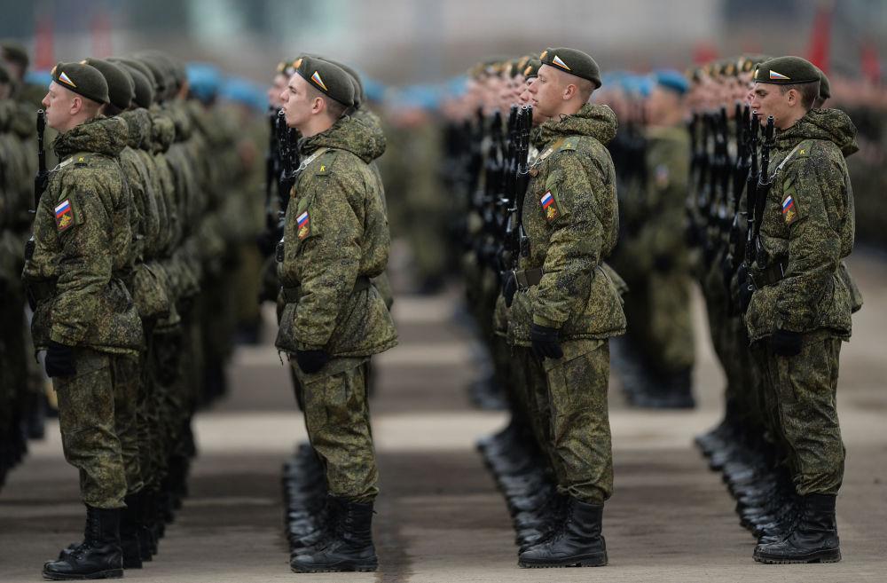 كتيبة المشاة التابعة لقوات حامية موسكو للمنطقة المركزية العسكرية، خلال التدريب للعرض العسكري المخصص لإحياء الذكرى الـ 71 لعيد النصر في الحرب الوطنية العظمى (1940-1945)، في حقل عسكري ألابينو بمقاطعة موسكو المشاركة.
