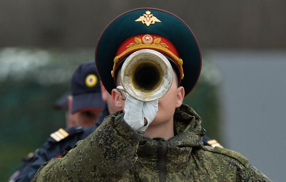 فريق الموسيقي العسكري التابع لقوات حامية موسكو للمنطقة المركزية العسكرية، خلال التدريب للعرض العسكري المخصص لإحياء الذكرى الـ 71 لعيد النصر في الحرب الوطنية العظمى (1940-1945)، في حقل عسكري ألابينو بمقاطعة موسكو المشاركة.