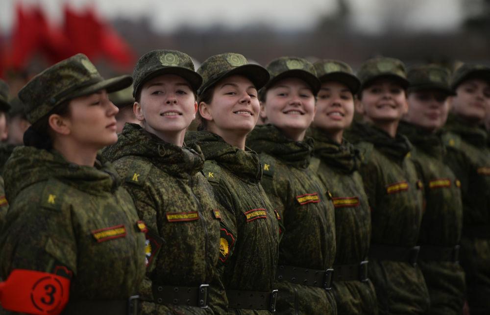 كتية المشاة النسائية التابعة لقوات حامية موسكو للمنطقة المركزية العسكرية، خلال التدريب للعرض العسكري المخصص لإحياء الذكرى الـ 71 لعيد النصر في الحرب الوطنية العظمى (1940-1945)، في حقل عسكري ألابينو بمقاطعة موسكو المشاركة.