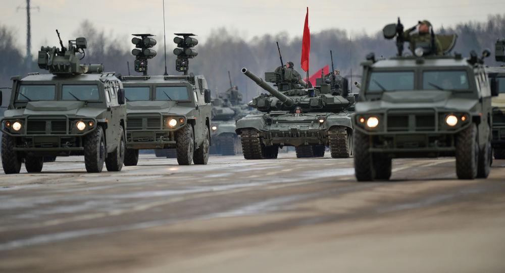 المدرعة تيغر (النمر) التابعة لقوات حامية موسكو للمنطقة المركزية العسكرية، خلال التدريب للعرض العسكري المخصص لإحياء الذكرى الـ 71 لعيد النصر في الحرب الوطنية العظمى (1940-1945)، في حقل عسكري ألابينو بمقاطعة موسكو.