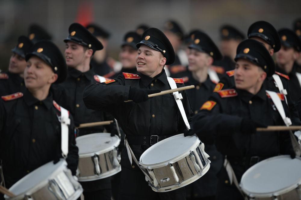 فريق الأوركيسترا الموسيقي العسكري التابع لقوات حامية موسكو للمنطقة المركزية العسكرية، خلال التدريب للعرض العسكري المخصص لإحياء الذكرى الـ 71 لعيد النصر في الحرب الوطنية العظمى (1941-1945)، في الحقل العسكري ألابينو بمقاطعة موسكو.