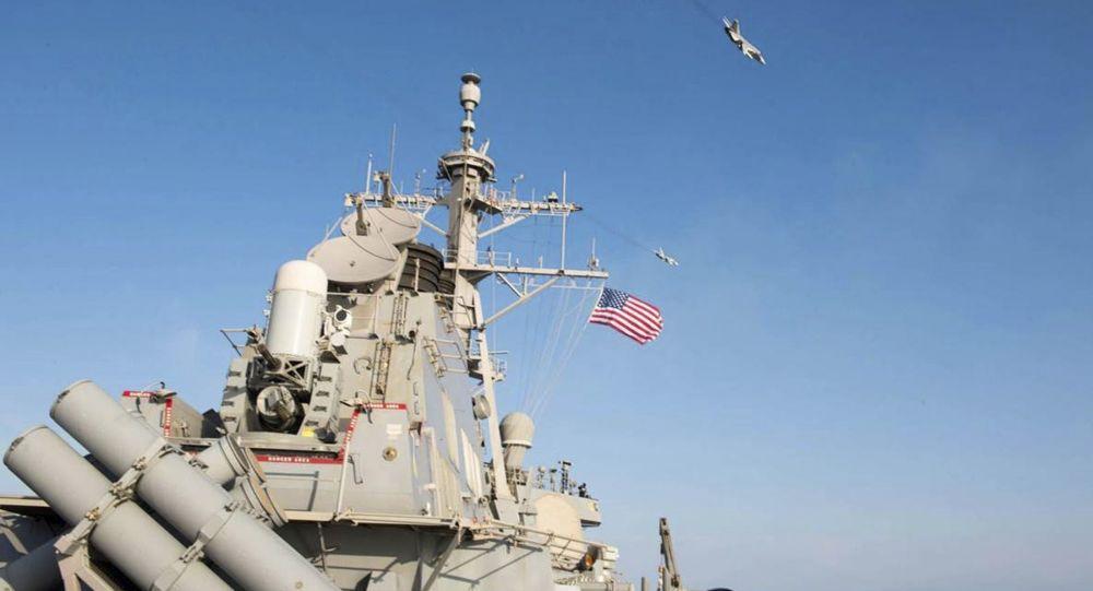 طائرات عسكرية فوق المدمرة دونالد كوك