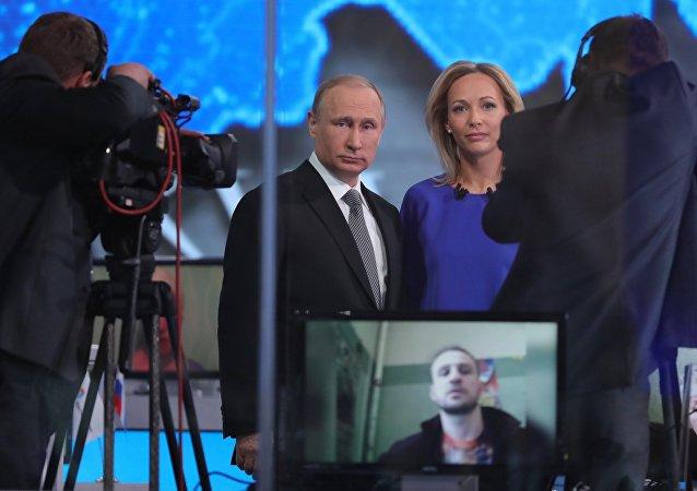 يجري الرئيس الروسي حوارا مباشرا مع سكان روسيا اليوم 14 أبريل/نيسان