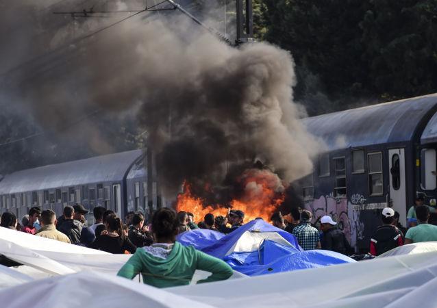 حريق في مخيم للاجئين بقرية إدوميني اليوناني، 11 أبريل/ نيسان 2016