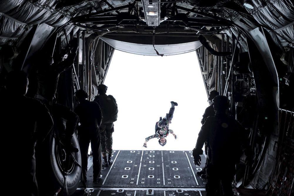جندي من قوات الاستجابة السريعة  الإندونيسية استعدادا للقفز بالمظلات