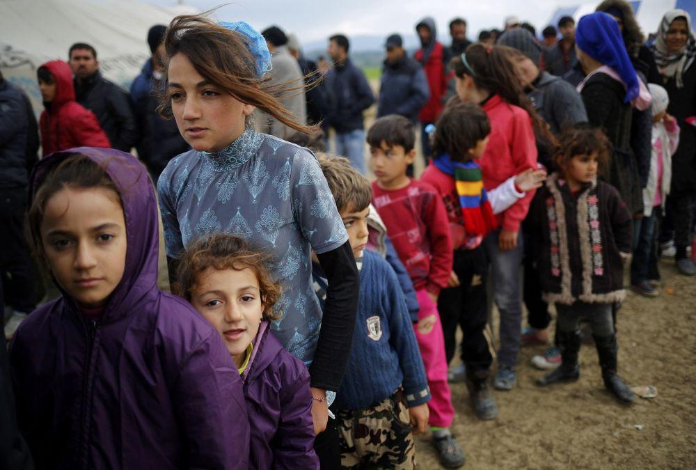 اللاجئون في مخيم إدوميني اليوناني يقفون في طابور للحصول على شاي، الحدود المقدونية-اليونانية، 11 أبريل/ نيسان 2016