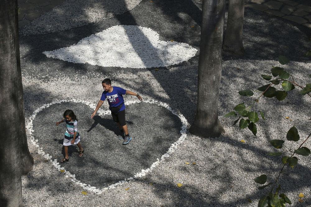 أطفال فيليبيون يلعبون في الظل بضاحية مكاتي في الفيليبين، 14 أبريل/ نيسان 2016