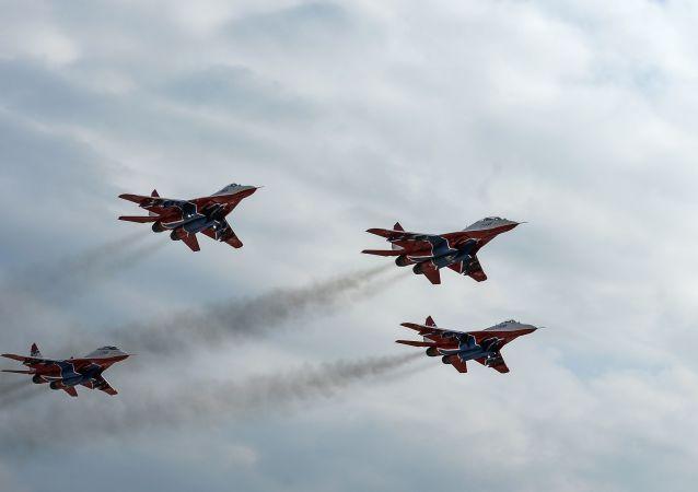مجموعة الاستعراضات الجوية ستريجي (الخفافيش) على متن القاذفات ميغ-29، ستشارك في إحياء فعالية عيد النصر في الحرب الوطنية العظمى يوم 9 مايو/ أيار، وذلك أثناء التدريبات العسكرية الجوية في المطار العسكري الجوي كوبينكا بمقاطعة موسكو.