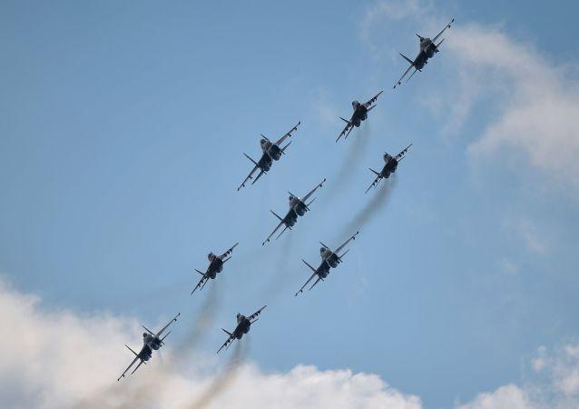 فريق الطيران فيتيازي (الفرسان الروس) من القاذفات سو-27 وفريق الخفافيش من ميغ-29،التي ستشارك في إحياء فعالية عيد النصر في الحرب الوطنية العظمى يوم 9 مايو/ آيار، وذلك أثناء التدريبات العسكرية الجوية في المطار العسكري الجوي كوبينكا بمقاطعة موسكو.