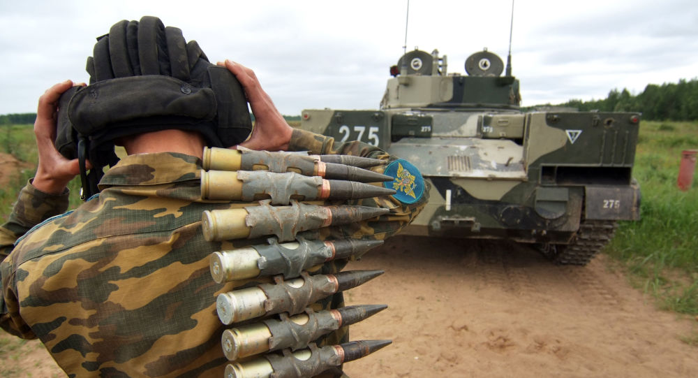 ندي من قوات كلية مارغيلوف العليا لقوات الإنزال الجوي في ريازان، يسير خلف المدرعة الروسية بي-ام-دي-4