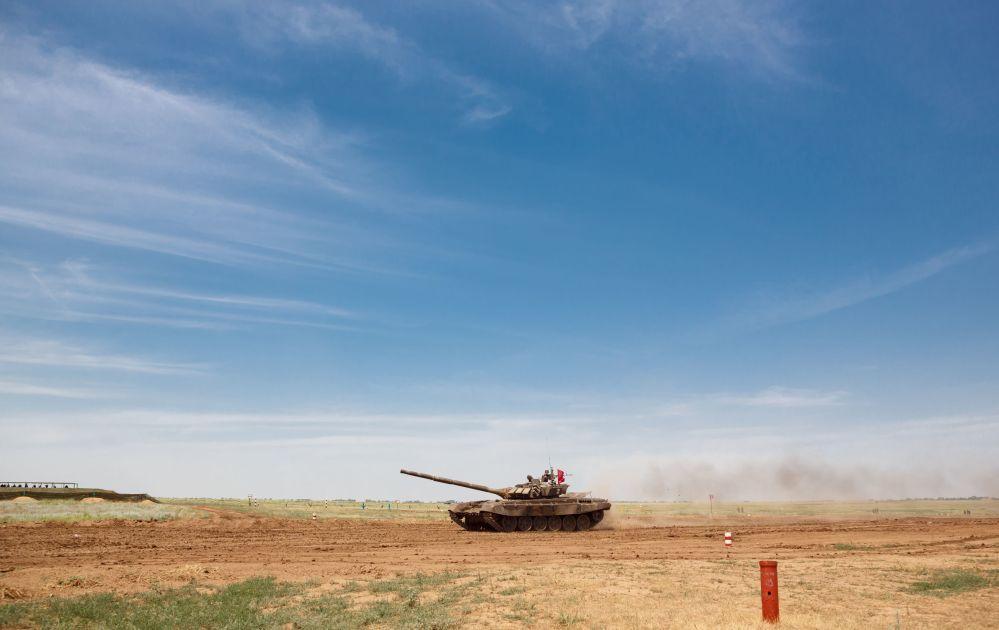 دبابة Т-72/ب 3 خلال المسابقات في حقل الدبابات برودبوي بمقاطعة فولغوغراد