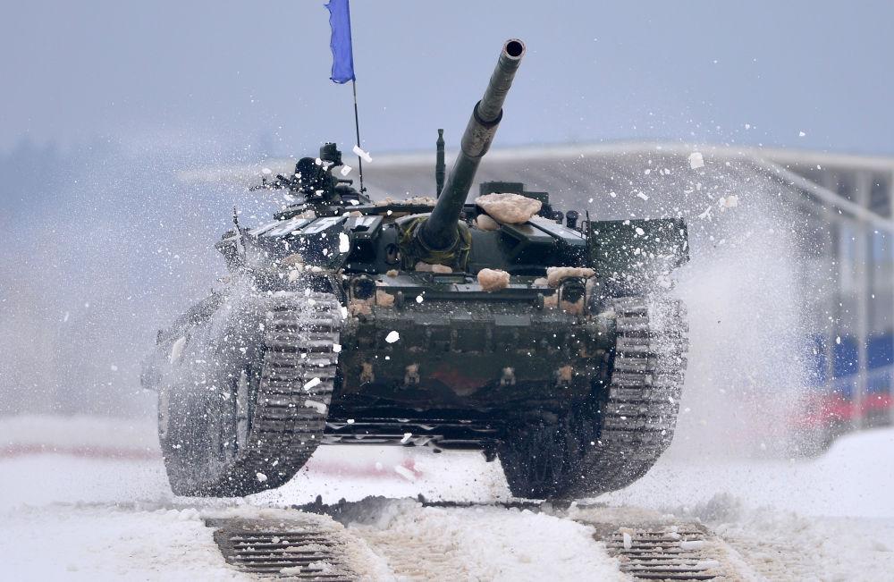 دبابة Т-72 خلال مشاركتها في مسابقة حقل الدبابات-2016 بمقاطعة موسكو