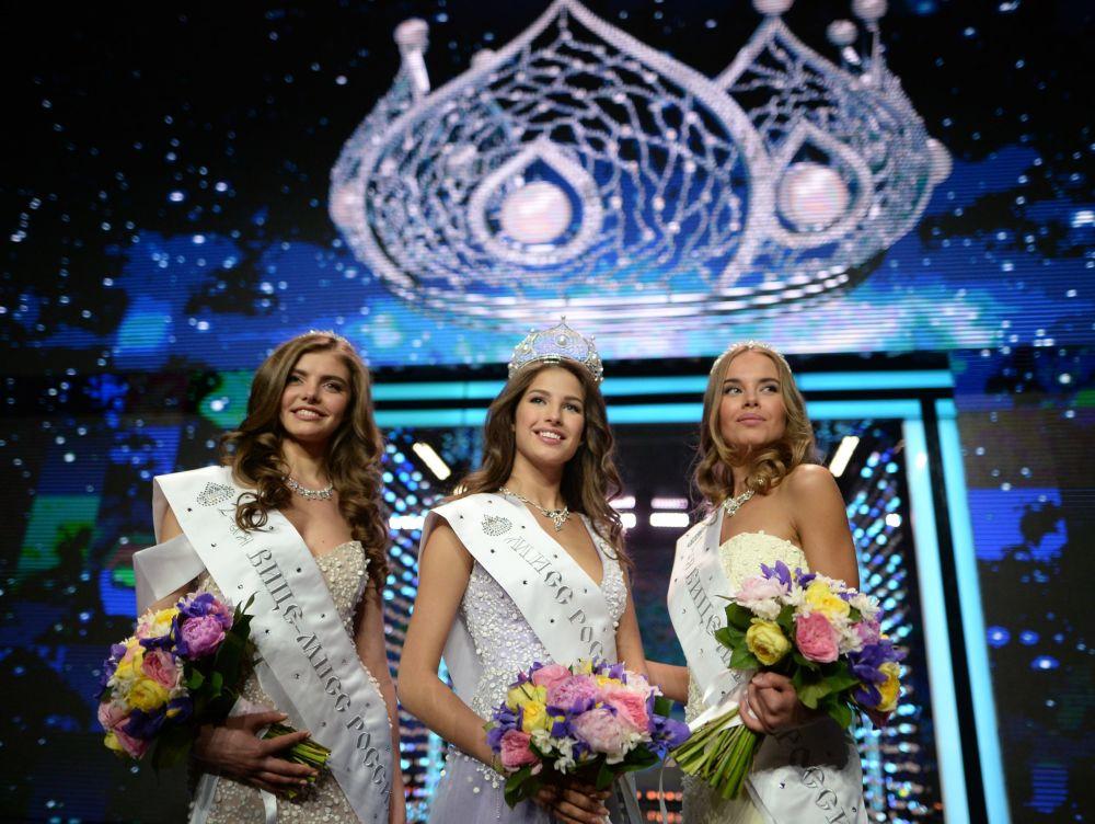 وسط الصورة - ملكة جمال روسيا لعام 2016، يانا دوبرولسكايا (من تيومين).