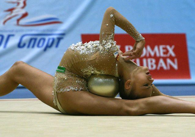 أليكساندرا سولداتوفا خلال بطولة ألعاب الجمباز في سوتشي،  روسيا.