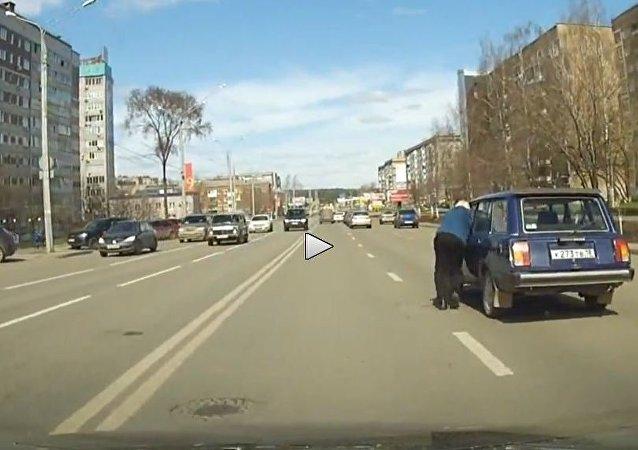 فى روسيا السوفيتية السيارات تقود الأشخاص