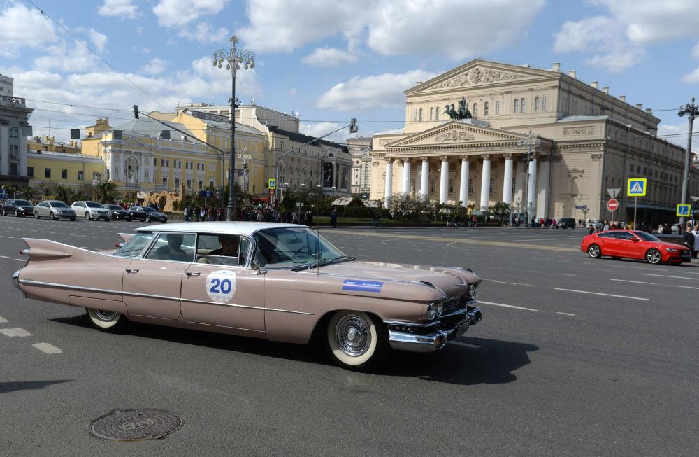 مشارك في معرض للسيارات الكلاسيكية القديمة في موسكو