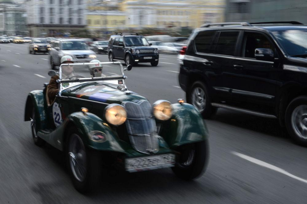 المشاركون في معرض للسيارات الكلاسيكية القديمة في موسكو