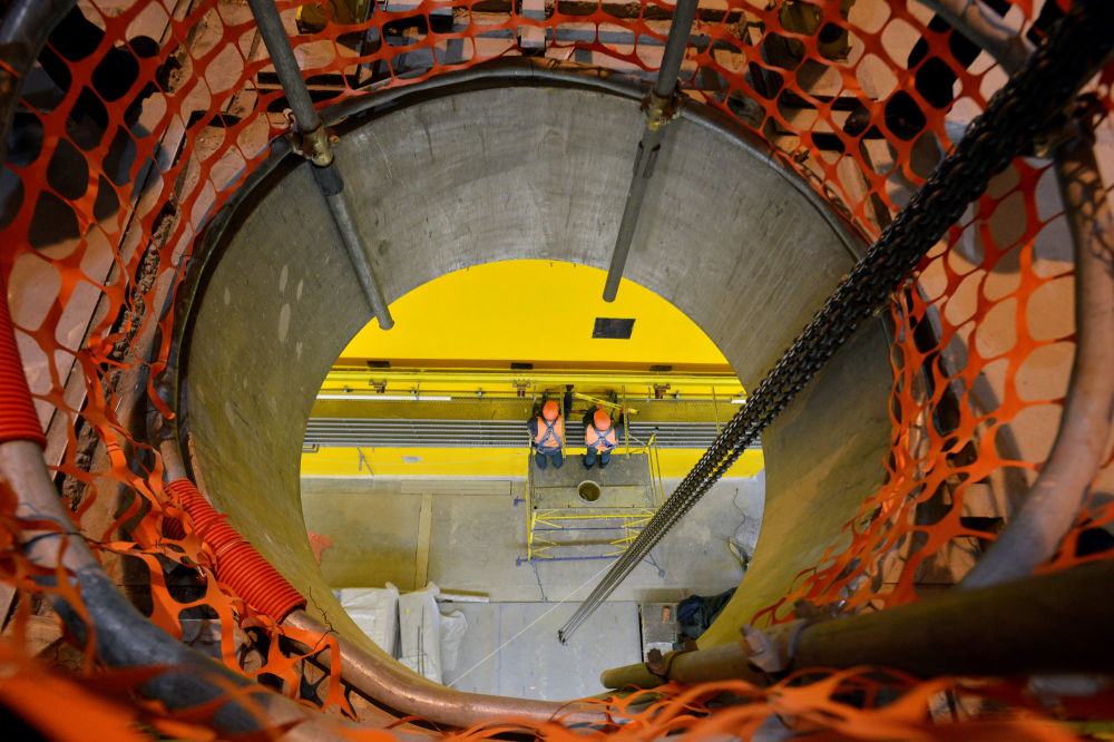 عمال في خزينة الوقود النووي المستنفد (من النوع الجاف) بالقرب من المحطة النووية تشيرنوبيل