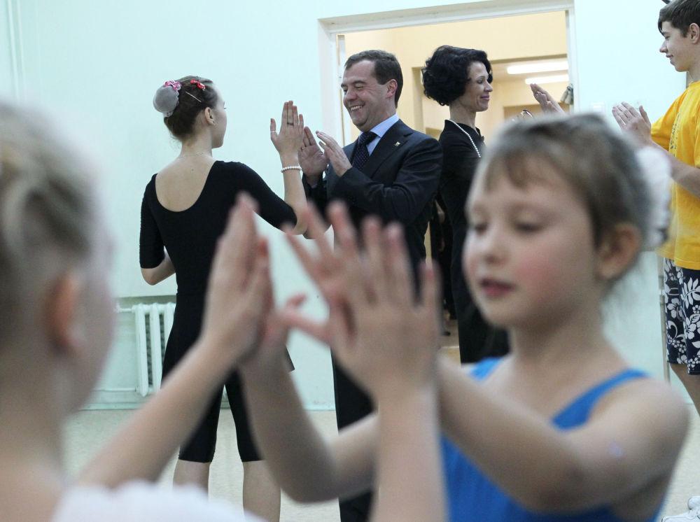 رئيس الوزراء الروسي دميترى ميدفيديف يمزح مع بعض الأطفال خلال دروس البالية