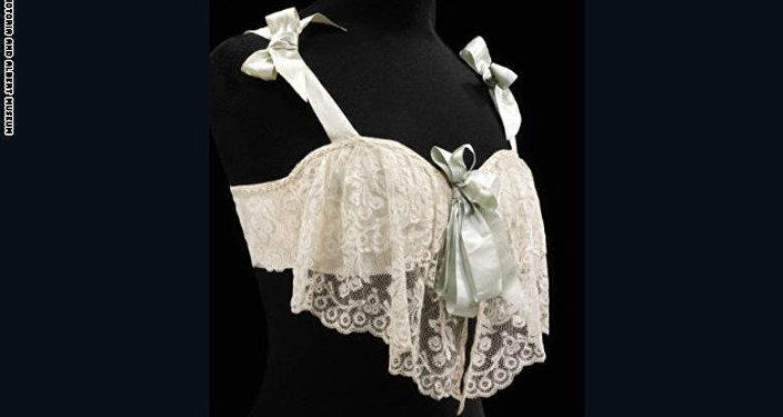 حمالة صدر مصنوعة من أقمشة الساتان والدانتيل من العام 1905.