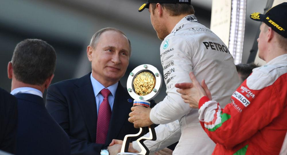 بوتين يسلم جائزة روسيا الكبرى للألماني روزبرغ
