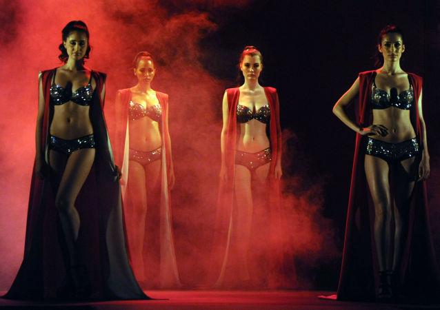 عارضات أزياء خلال عرض تصميم Triumph ، في مومباي 4 مايو/ آيار 2016.