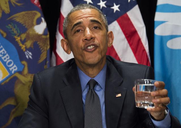 الرئيس باراك أوباما يشرب كأس ماء خلال اجتماع بولاية ميشيغان، 4 مايو/ آيار 2016.