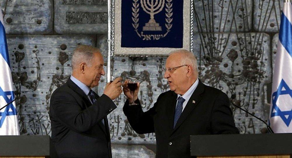 الرئيس الإسرائيلي رؤوفين ريفلين مع رئيس الوزراء بنيامين نتانياهو