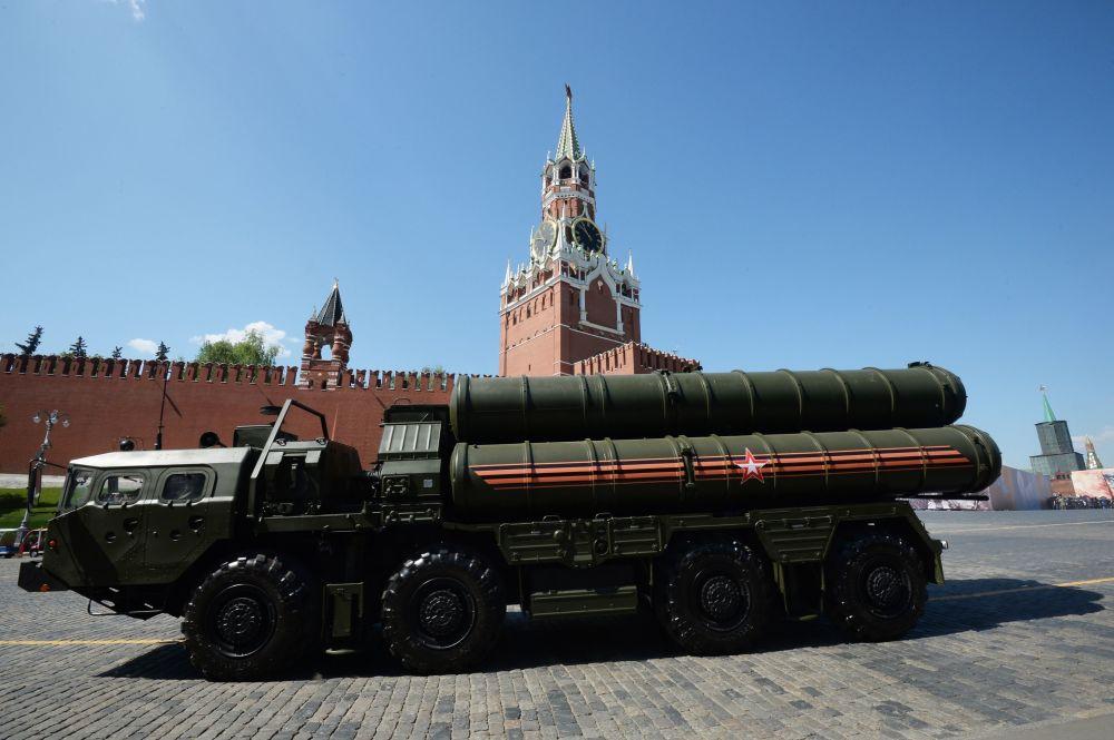 الأنظمة الصاروخية بعيدة المدى إس-400 خلال العرض العسكري بمناسبة الذكرى الـ 71 لعيد النصر على الساحة الحمراء في موسكو