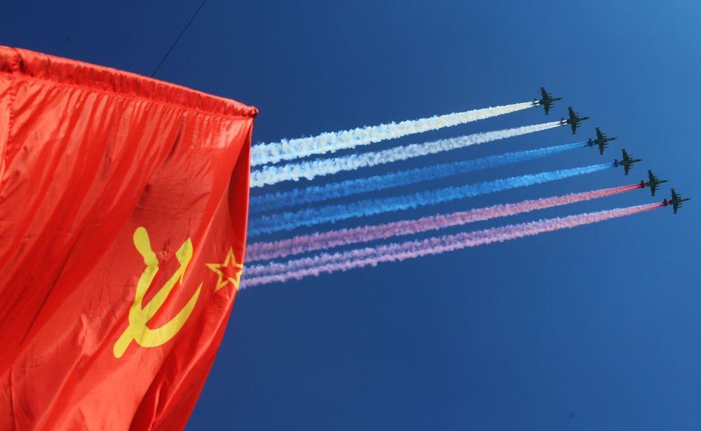 القاذفات سو-25 خلال خلال الجزء الجوي من العرض العسكري بمناسبة عيد النصر في موسكو