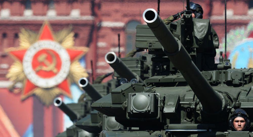دبابات تي-90أ خلال العرض العسكري على الساحة الحمراء بمناسبة الذكرى الـ 71 لعيد النصر (1941-1945) في موسكو.