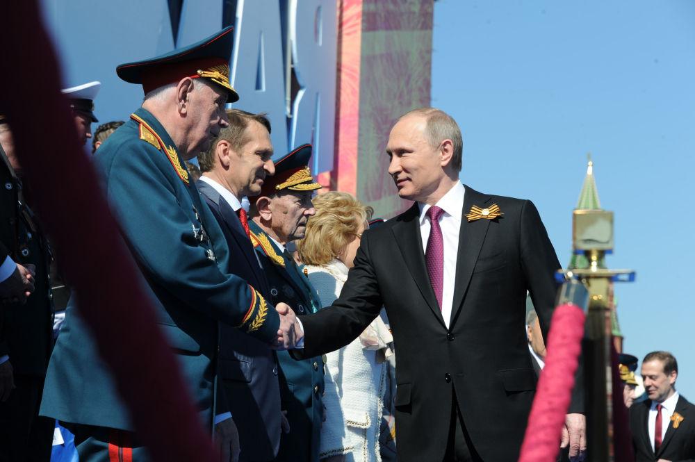 الرئيس الروسي فلاديمير بوتين يحي المحاربي القدامى اللذين شاركوا في الحرب الوطنية العظمى (1941-1945)