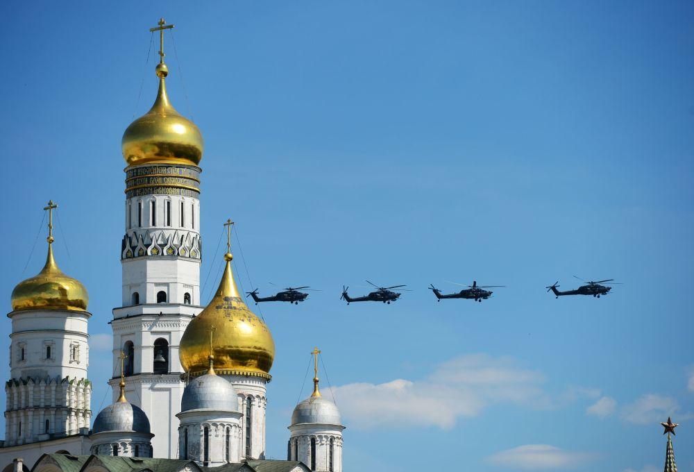 مروحيات مي-28ان  تحلق فوق  الساحة الحمراء خلال العرض العسكري بمناسبة الذكرى الـ 71 لعيد النصر (1941-1945) في موسكو.