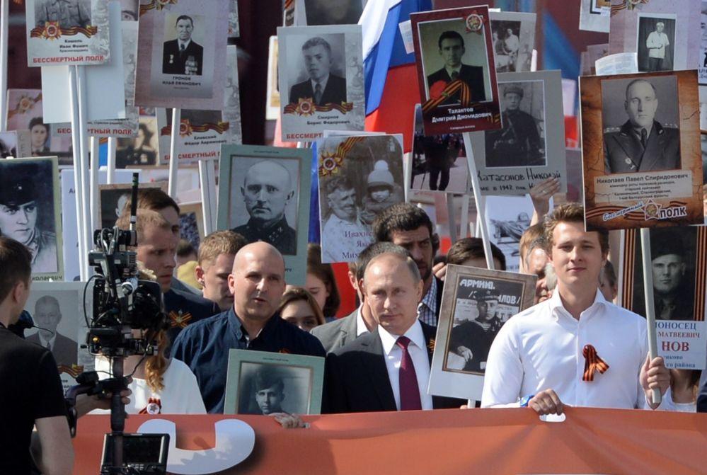 مسيرة الفوج الخالد في موسكو بمناسبة إحياء الذكرى الـ 71 لأبطال المحاربي القدامي اللذين وهبوا حياتهم (واللذين ما زالوا على قيد الحياة) في الحرب الوطنية العظمى ضد ألمانيا النازية (1941-1945)
