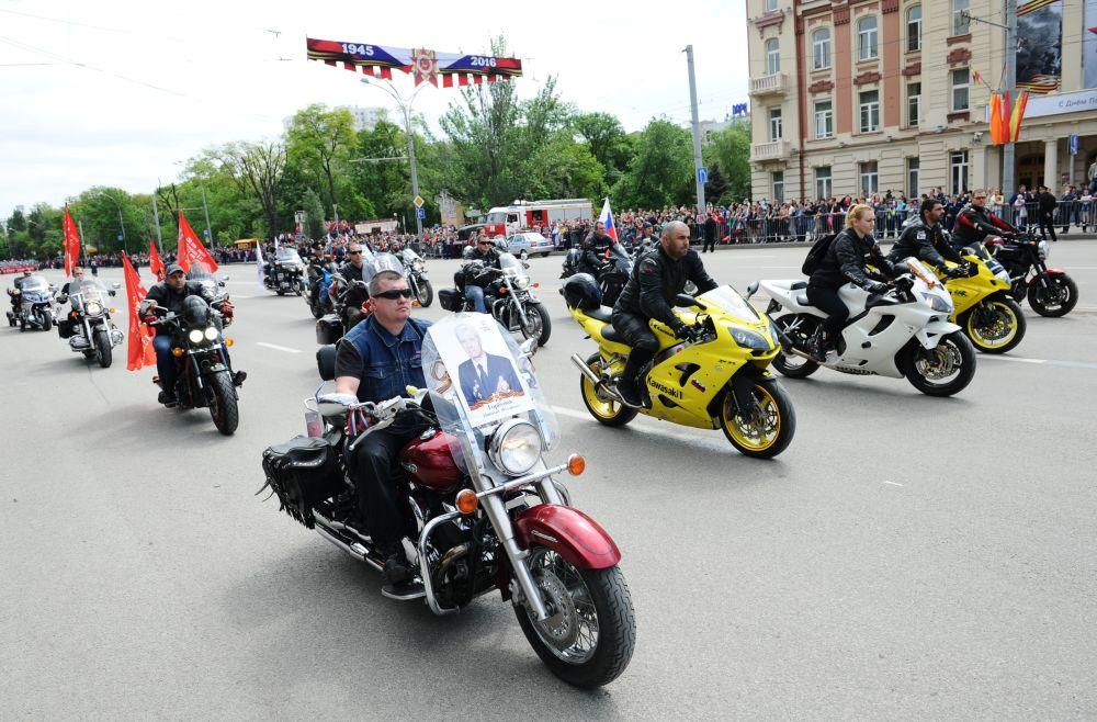 مسيرة الفوج الخالد في روستوف-نا-دونو بمناسبة إحياء الذكرى الـ 71 لأبطال المحاربي القدامي اللذين وهبوا حياتهم (واللذين ما زالوا على قيد الحياة) في الحرب الوطنية العظمى ضد ألمانيا النازية (1941-1945)