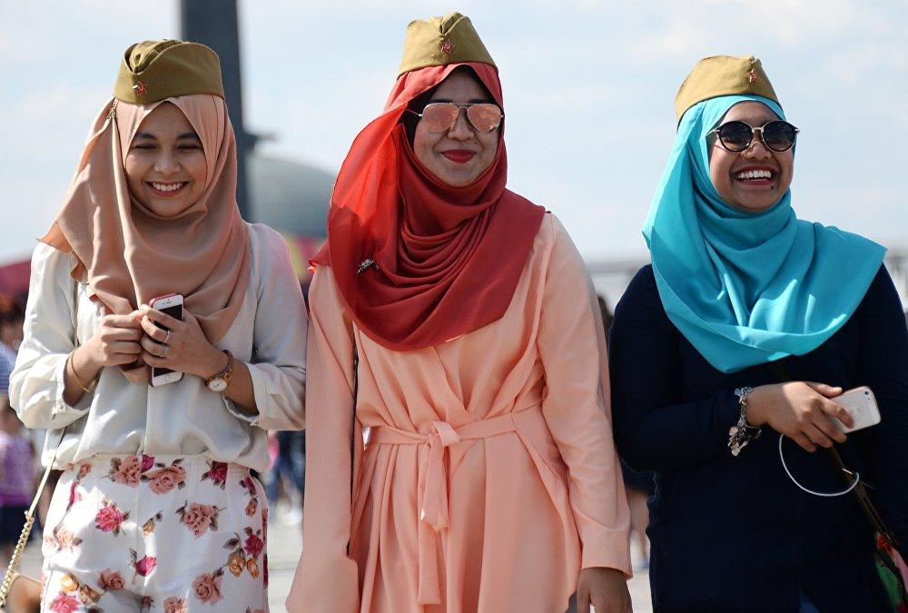 فتيات خلال مراسم الاحتفال بالذكرى الـ 71 لعيد النصر في موسكو