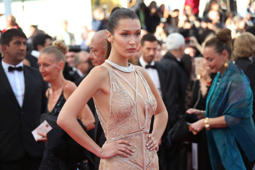 عارضة أزياء بيللا حديد على  السجادة الحمراء خلال الفعالية الـ 69 لافتتاح مهرجان كان الفرنسي