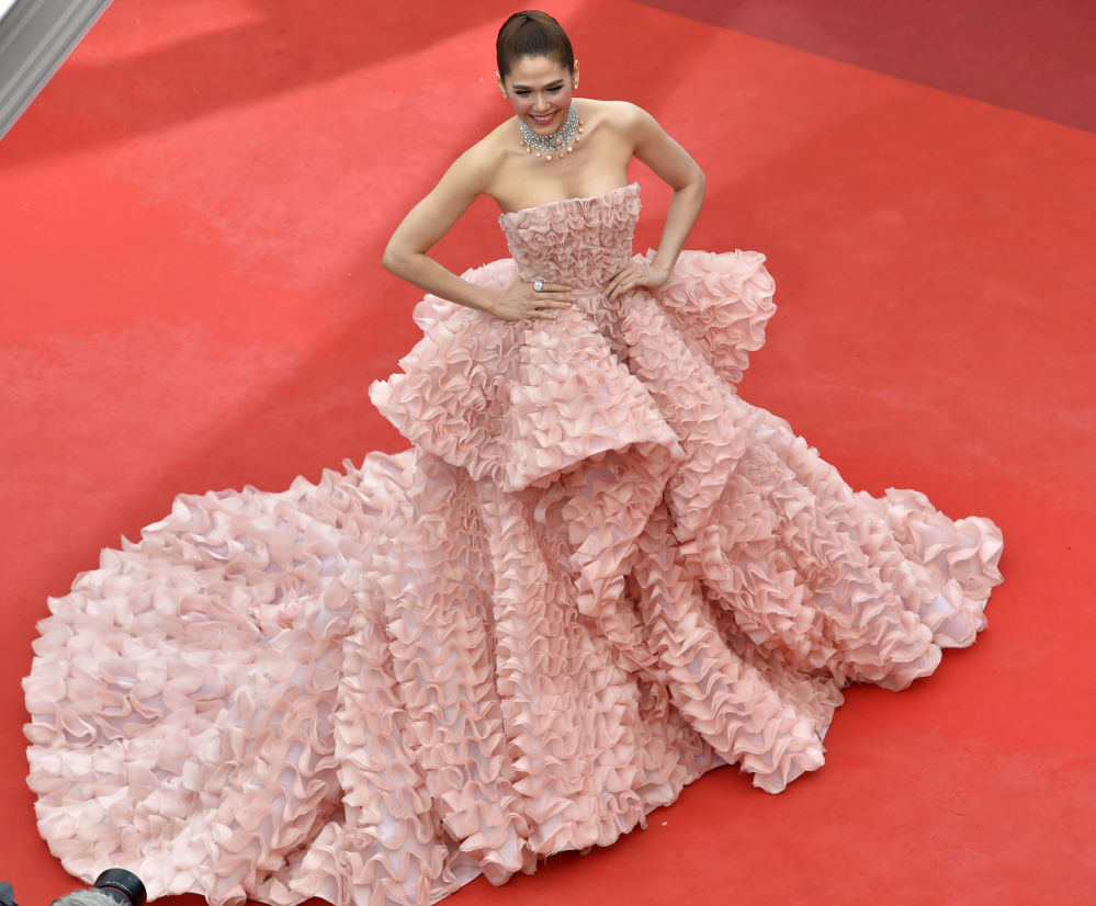 الممثلة آرايا هاركينغ على  السجادة الحمراء خلال الفعالية الـ 69 لافتتاح مهرجان كان الفرنسي